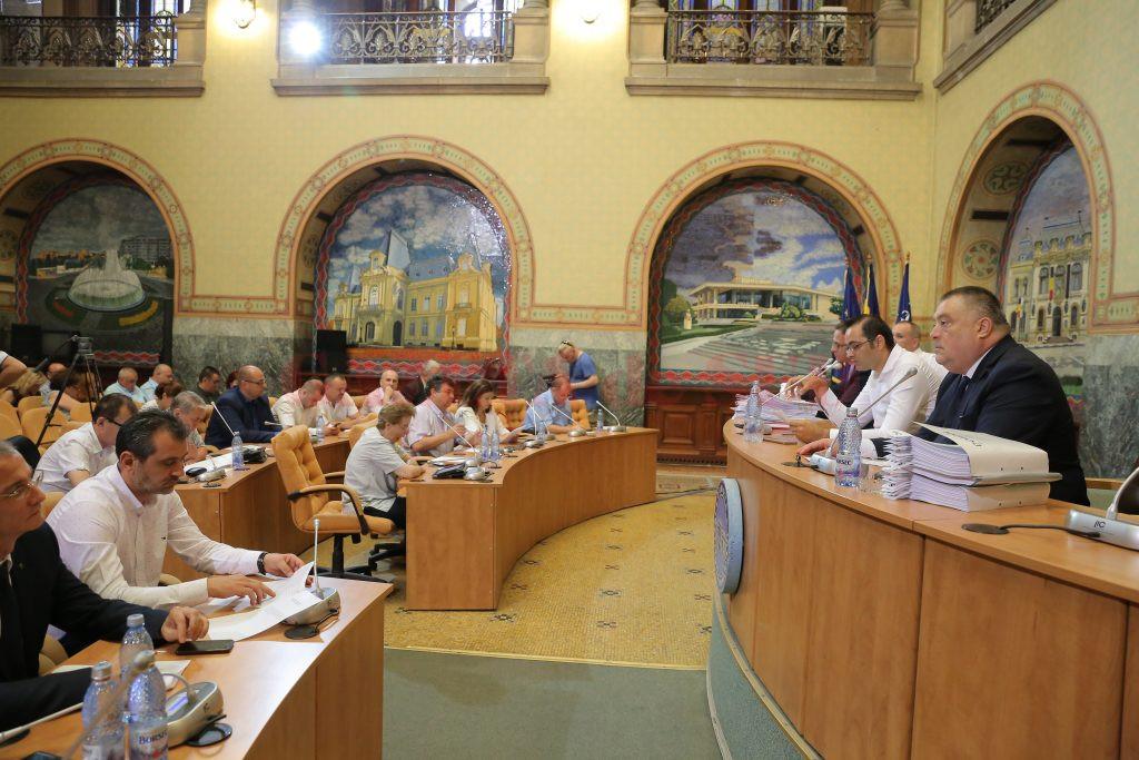 Consilierii locali din partea PNL au făcut valuri degeaba în ședința de ieri, pentru că proiectele au trecut fără emoții  de votul majorității (Foto: Lucian Anghel)