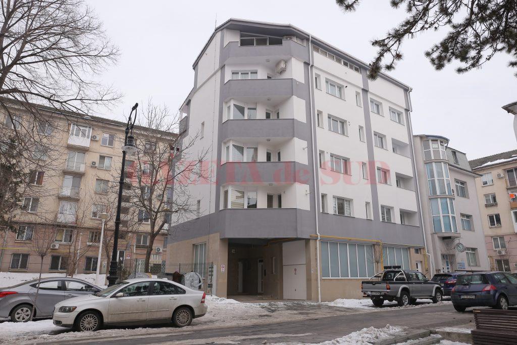 Locatarii care au cumpărat apartamente de la Emilio în acest bloc din Centrul Vechi trebuie să-l despăgubească pe proprietarul terenului de sub imobil cu 250.000 de euro (Foto: Arhiva GdS)