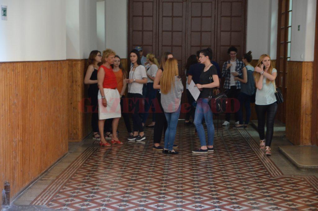 """Candidați de la Colegiul Național """"Elena Cuza"""" din Craiova care așteptau ieri să susțină prima probă a examenului național de bacalaureat"""