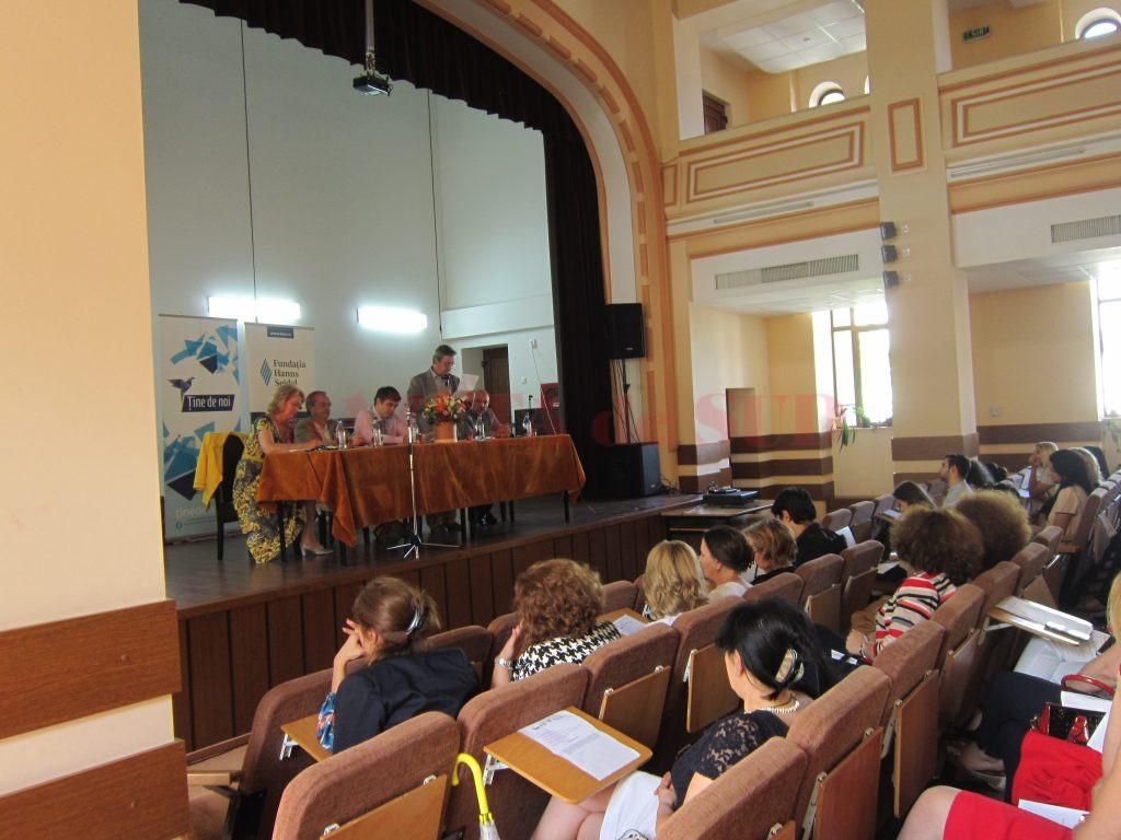 """Dezbaterea """"Calitatea în educație și statutul profesorului"""" s-a desfășurat la Colegiul Național """"Elena Cuza"""" din Craiova  (Foto: Carmen Rusan)"""