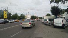 Dubă parcată pe strada Caracal, care blochează o bandă şi jumătate de circulaţie (Foto: Claudiu Tudor)