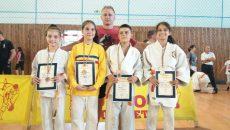 Sportivii antrenați de Mihai Voinea (centru) și Adrian Nicola au câștigat patru medalii la Baia Mare