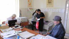 Dr. Silviu Sfârlează alături de pacienții săi.