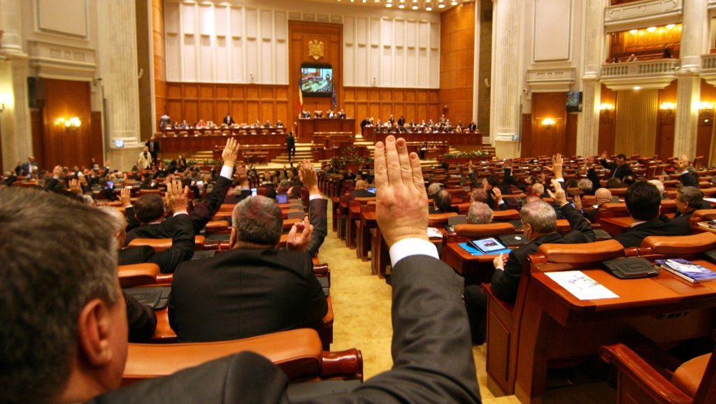 Parlamentarii și-au votat pensii speciale, care nu au nimic de-a face cu sistemul contributivității la stat (Foto: secundatv.ro)