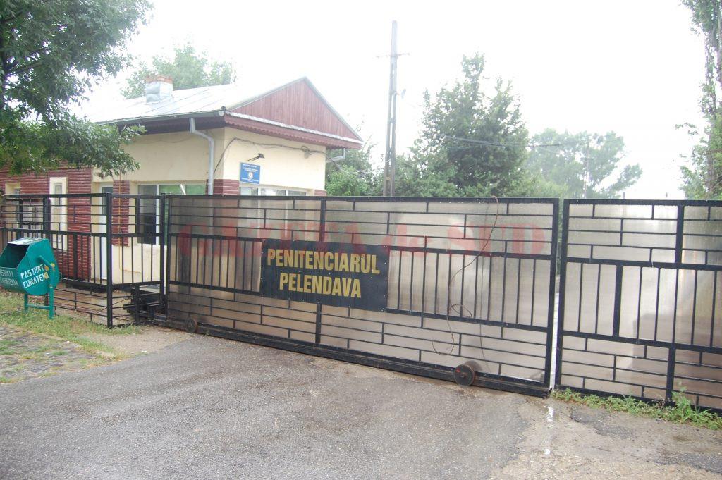 Agentul-șef Dănuț Dihoru, din cadrul Penitenciarului Pelendava, a fost acuzat că a cerut șpagă 5.000 de euro pentru a aranja angajarea unei femei pe un post de asistent medical