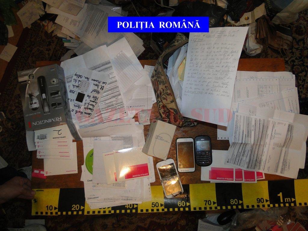 În urma perchezițiilor făcute în cele două penitenciare, oamenii legii au ridicat mai multe telefoane și documente, dar și o scrisoare ce conținea un mesaj codat
