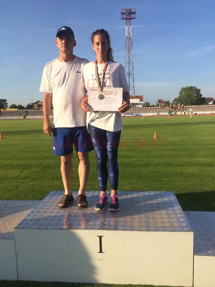 Vanessa Balaci a cucerit încă două medalii de aur la Campionatul Național. Acum, sportiva antrenată de Nicușor  Bugiulescu (stânga) se pregătește pentru Mondiale și FOTE