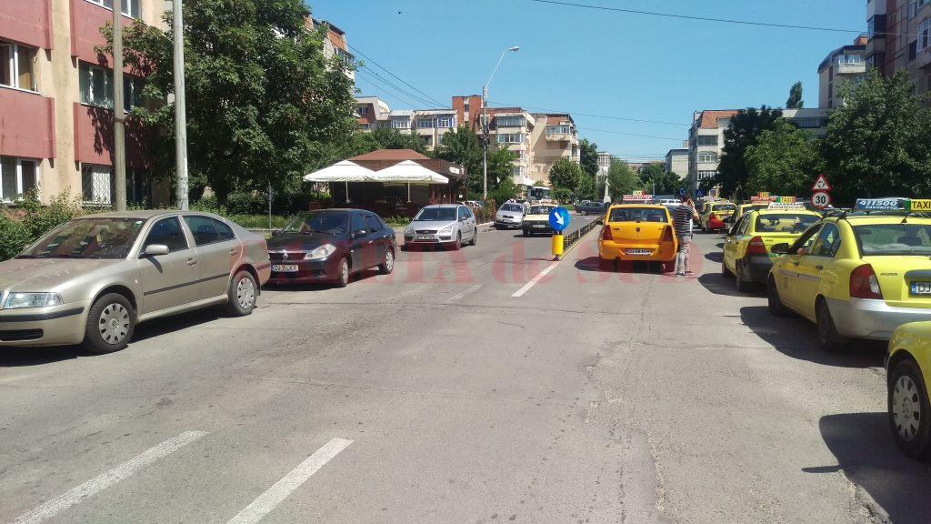 În capătul străzii Tehnicii s-a turnat asfalt şi s-au delimitat cu bolarzi benzile de mers, în cadrul proiectului de amenajare a sensului giratoriu de la intersecţia cu Calea Bucureşti