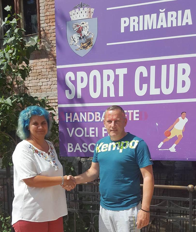 Antrenorul Bogdan Burcea a bătut palma pentru un nou sezon la SCM cu directoarea clubului, Daniela Grădinaru (foto: Facebook SCM Craiova Handbal Oficial)