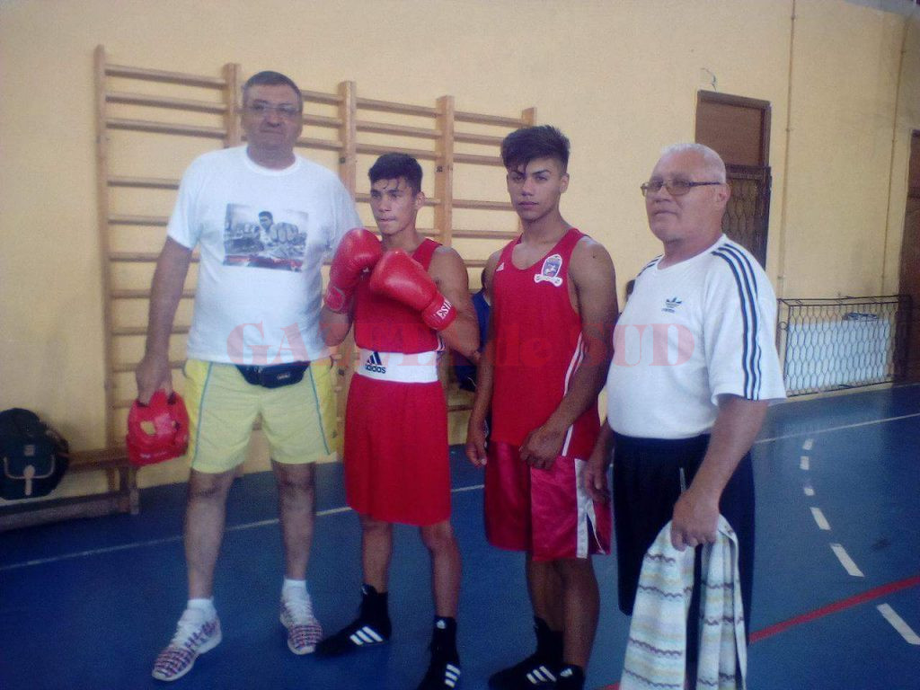 Cosmin Toboșaru (al doilea din stânga) a obținut medalie de argint, iar Maldini Miclescu (al treilea din stânga) s-a clasat pe locul trei. Ei sunt pregătiți de Ion Joița (stânga) și Petrică Ștoiu (dreapta).