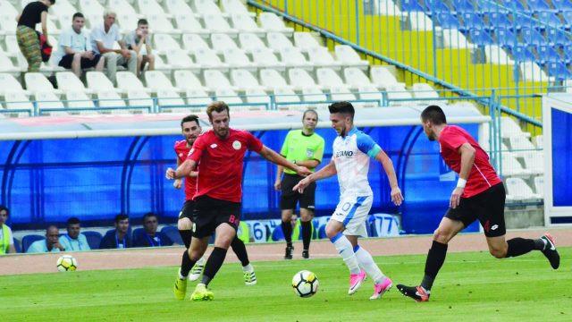Alexandru Băluţă (la minge) şi colegii săi trebuie să joace fără teamă împotriva milanezilor (Foto: Alexandru Vîrtosu)