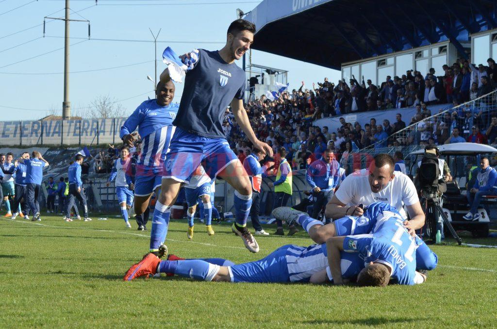 Andrei Ivan (tricou albastru închis) a bucurat tribunele și a rotunjit și contul CS Universitatea Craiova (Foto: Alexandru Vîrtosu)