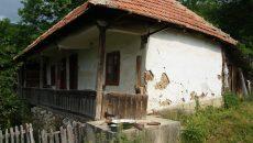 Se vor repara două case cu o vechime de peste 80 de ani din satul Isverna