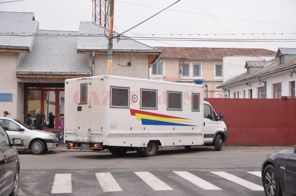 Procurorii doljeni susțin că angajatul Penitenciarului Craiova a cerut o șpagă de 5.000 de euro de la un denunțător