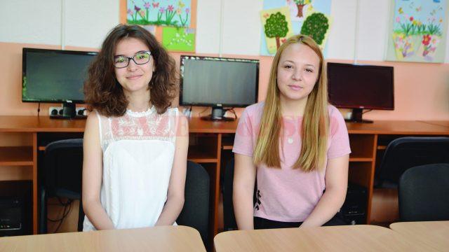 Elevele Denisa Maria Căplescu și Andreea Arpezeanu, de la Școala gimnazială Filiași, care au obținut media zece la evaluarea națională