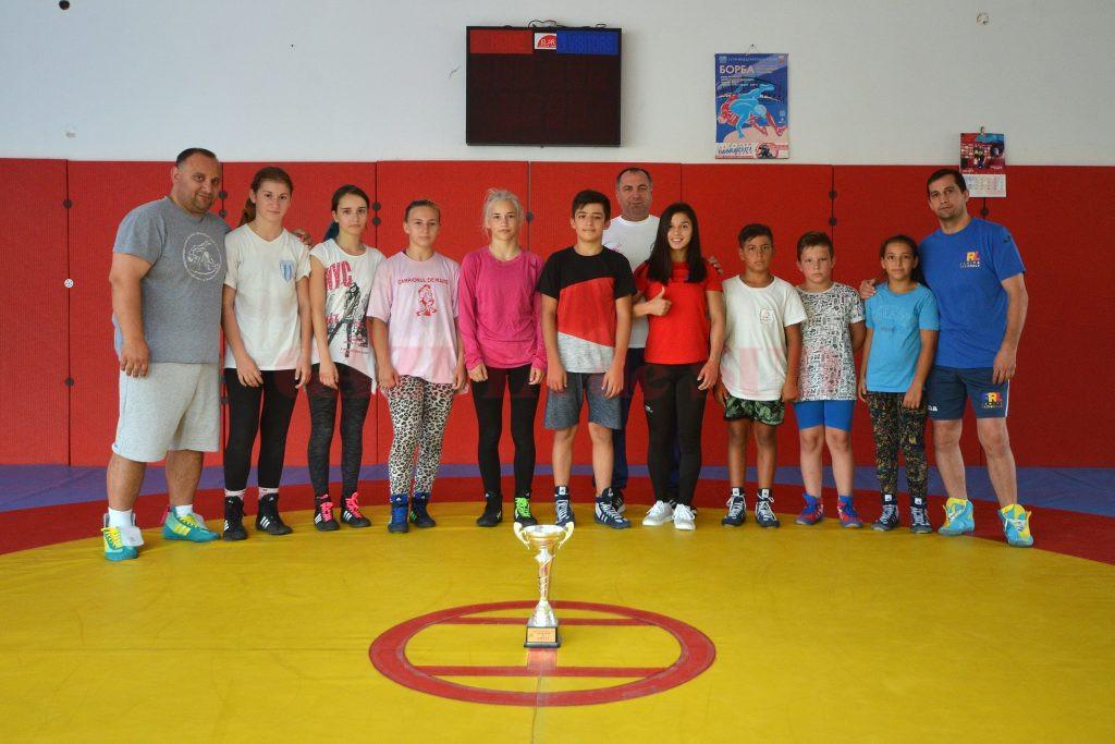 Ștefania Priceputu a participat la un antrenament al luptătorilor craioveni, iar micuții sportivi au felicitat-o pentru rezultatul de la Europene (foto: Bogdan Grosu)