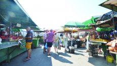 Vânzătorii au improvizat umbrele de tot felul pentru a nu sta cu marfa în căldură (Foto: Bogdan Grosu)