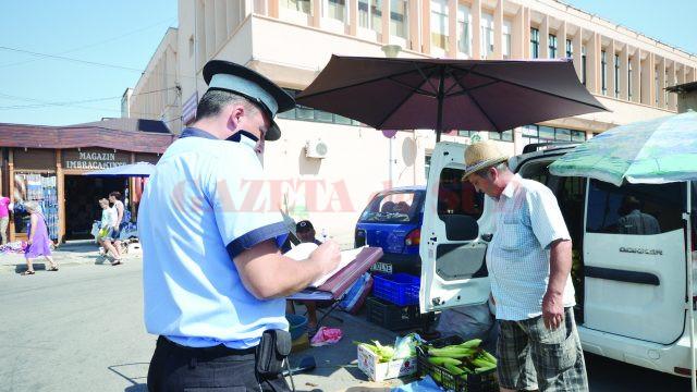 După ce au plătit taxa, câţiva comercianţi au fost goniţi de Poliţia Locală pentru că se aflau pe spaţiul public (Foto: Bogdan Grosu)
