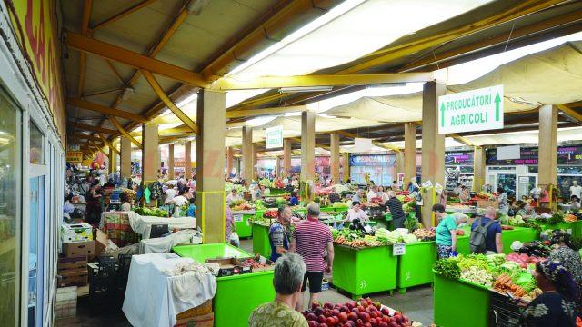 Piaţa este plină de produse, cumpărători sunt puţini (Foto: Bogdan Grosu)