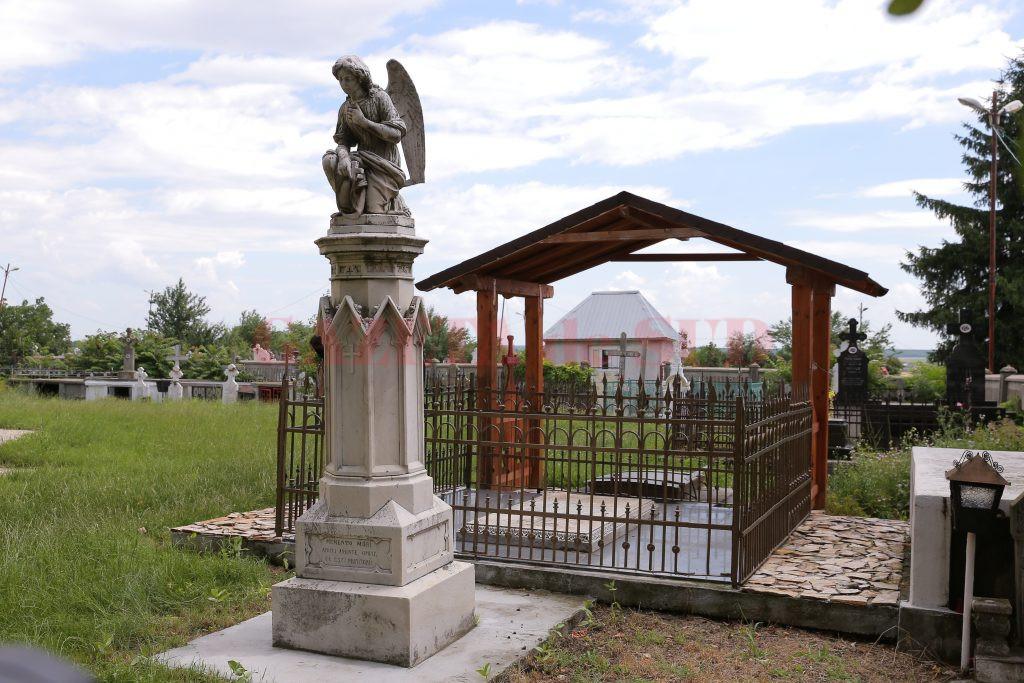 Mormântul familiei Titulescu, aflat în curtea Bisericii Sfântul Gheorghe