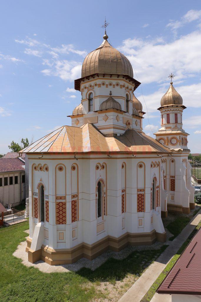 """Biserica """"Sfântul Gheorghe"""" a fost construită în anul 1896  de meşteri italieni (Foto: Lucian Anghe)"""