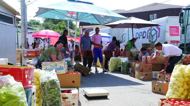 Majoritatea comercianţilor îşi expun marfa pe jos (Foto: Lucian Anghel)