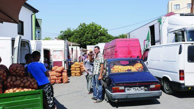 Mulţi oameni vând direct din maşini (Foto: Lucian Anghel)