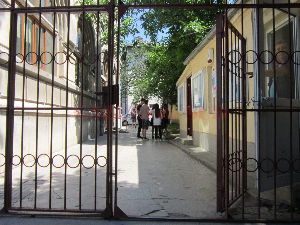 """În urma afișării rezultatelor la contestații, Colegiul Național """"Elena Cuza"""" din Craiova are două eleve care au promovat bacalaureatul cu media 10"""