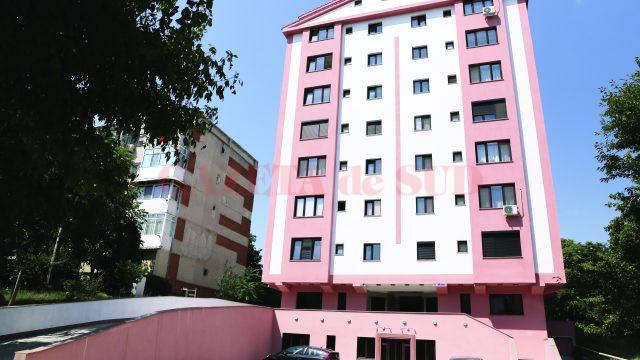 Pe apartamentele blocului construit de firma lui Emilio se bat clienții și banca (Foto: Lucian Anghel)