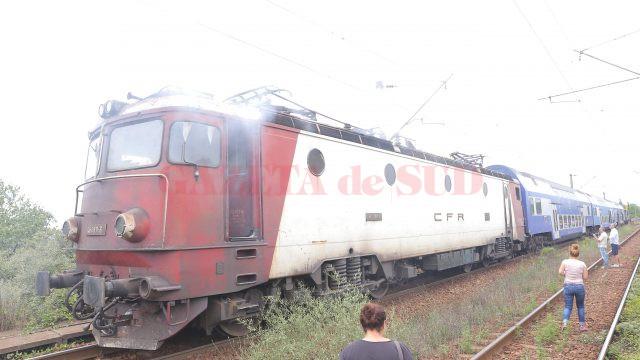 Din locomotiva trenului Regio 9008 ieşea un fum dens