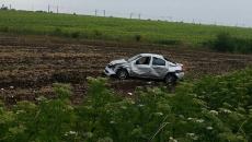 O mașină s-arăsturnat în câmp