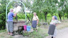 Din unele fântâni din partea de sud a comunei Galiciuica pot fi scoase câteva găleți de apă, care nu este însă potabilă (Foto: Lucian Anghel)