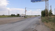 La începutul săptămânii, muncitorii și utilajele Mochlos SA lipseau de pe bucata de drum  pe care o reabilitează încă din toamna anului 2012