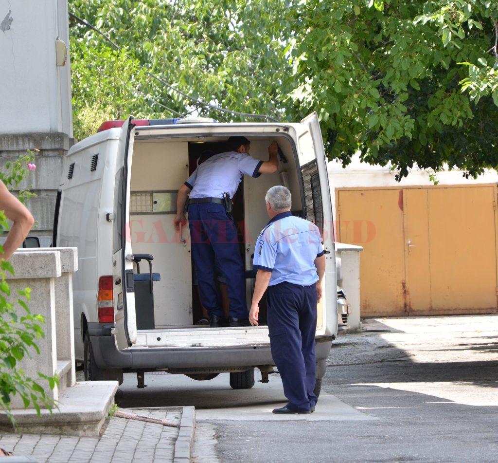 Oamenii legii au reușit să prindă și să ducă la audieri numai unul din cei opt agresori, acesta fiind arestat preventiv printr-o hotărâre a Judecătoriei Craiova (Foto: Arhiva GdS)
