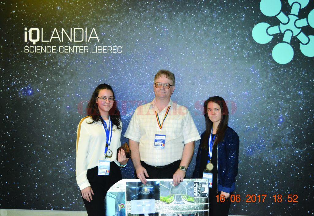 Timea şi Daria, alături de profesorul Octavian Georgescu, la concursul din Praga