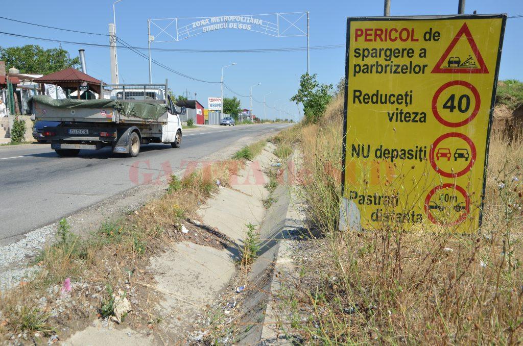 Indicatorul de la intrarea în Șimnicu de Sus care îi avertizează pe șoferi să reducă viteza pentru că există pericol de spargere a parbrizului (Foto: Claudiu Tudor)