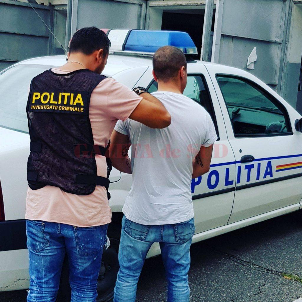 După pronunțarea sentinței, irakianul a fost prins și dus de polițiști la Penitenciarul Craiova (Foto: IPJ Dolj)