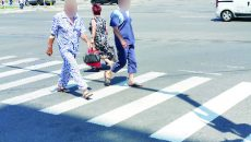 Cititorii GdS au sesizat de mai multe ori faptul că în jurul spitalelor văd pacienți care ies pe stradă în pijamale de spital (Foto: Florinela Enceanu, cititor GdS)
