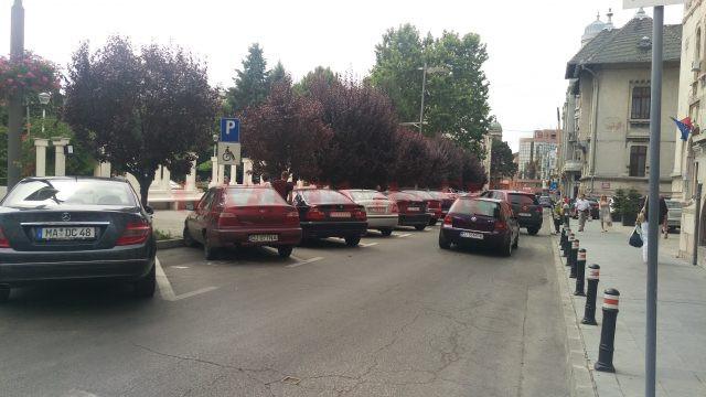 Locurile de parcare din fața prefecturii care vor fi transformate în parcări cu plata prin SMS (Foto: Marian Apipie)