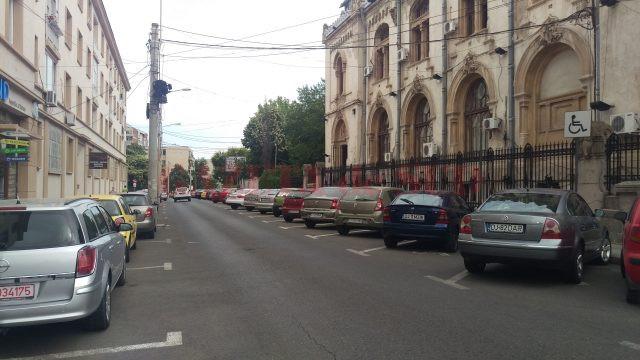 Și pe strada Romul, pe lângă primărie, vor exista 20 de locuri de parcare cu plata prin SMS (Foto: Marian Apipie)