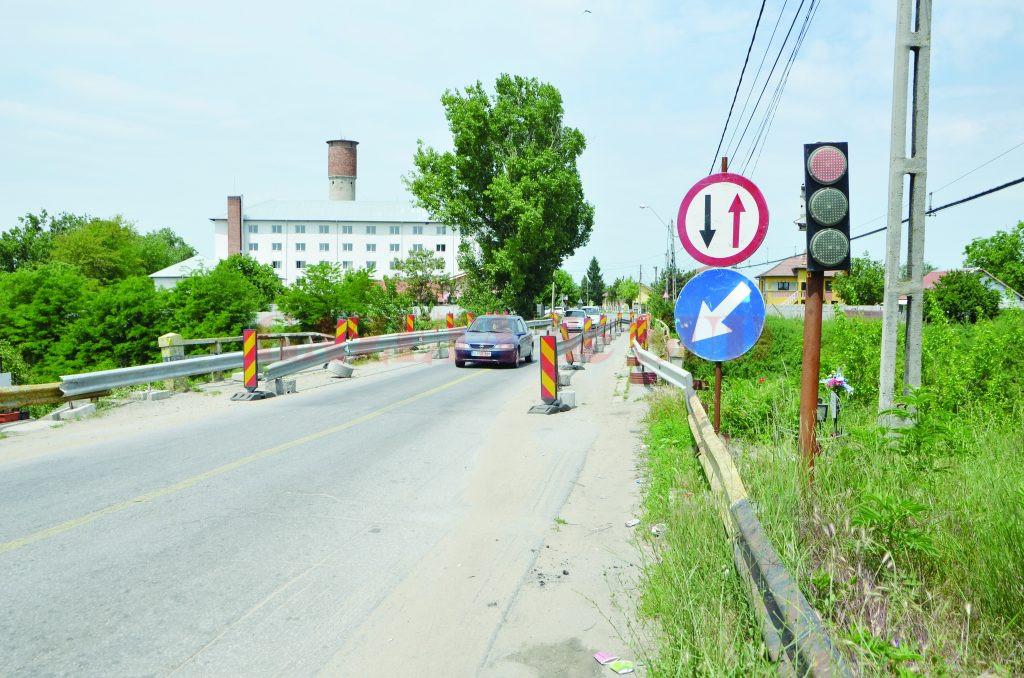 Lucrările de reabilitare a podului de la Malu Mare trebuia începute pe 3 iulie, dar constructorul nu a dat încă nici un semn administratorului drumului (Foto: arhiva GdS)