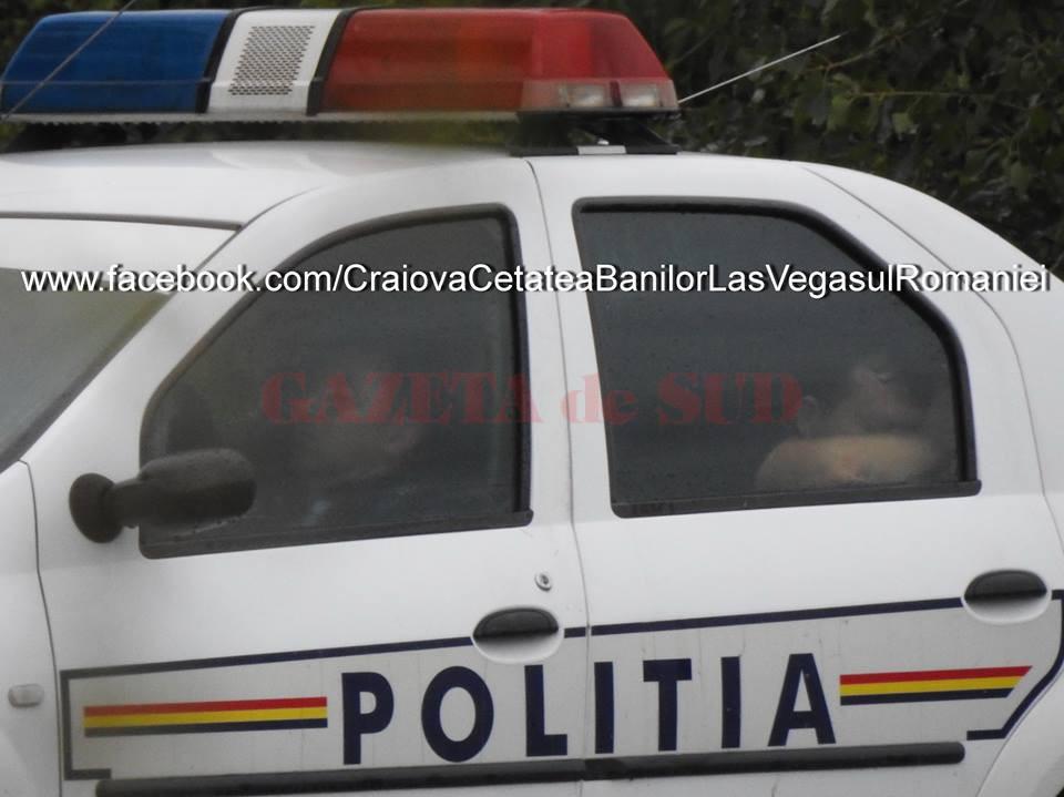 Cei doi poliţişti dormeau profund în maşina de serviciu - (Foto: Facebook - Craiova Cetatea Banilor Las Vegasul României)