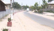 Străzile din Dăbuleni sunt pline de denivelări, iar nisipul care se ridică este greu de suportat, mai ales când bate vântul sau în zilele caniculare, când aerul devine sufocant