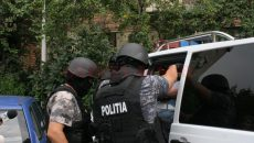 Anchetatorii au dispus, luni, reținerea a patru persoane acuzate că transportau migranți de origine arabă la granița de vest a României