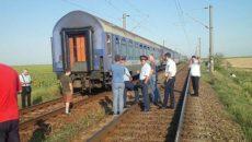Călătorii și controlorii de tren, privind cu deznădejde spre locul unde trebuia să fie locomotiva (FOTO: banatenii.ro)