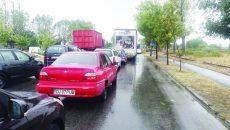 Cozile de autoturisme care se formau la Slatina, la trecerea pe podul de peste Olt, în perioada în care circulația a fost restricționată parțial (Foto: cititor GdS)