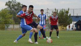 """Fabian Crușoveanu (la minge) și colegii săi au câștigat meciul doi cu """"satelitul"""" Craiovei (Foto: Alexandru Vîrtosu)"""