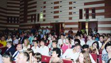 """Elevii olimpici de la Școala gimnazială """"Elena Farago"""" din Craiova au fost prezenți la Festivitatea de premiere a Consiliului Local, fiind îmbrăcați în cămăși albe, dar nu s-au regăsit printre premianți"""