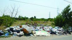 Câmpul de pe Drumul Apelor este plin de gunoaie
