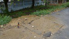 Unul dintre punctele de pe strada Căpisterea în care a fost decupat asfaltul pentru a fi reparată conducta de apă (Foto: Claudiu Tudor)